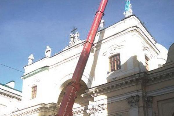Демонтаж скульптуры с Базилики святой Екатерины Александрийской в Санкт-Петербурге Работает кран TEREX-DEMAG АС70 City