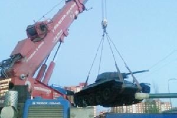 Погрузка танка Т-34 на трал во Всеволожском Национальном Автомобильном Музее