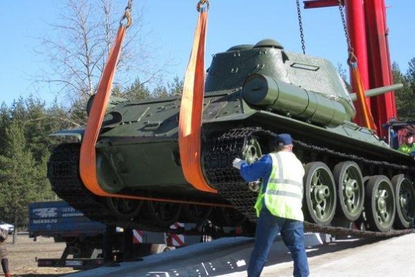 Установка танка на постамент