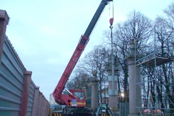 Демонтаж колонн Летнего сада с помощью автокрана