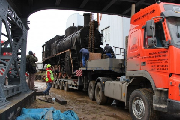 Перевозка паровоза на трале