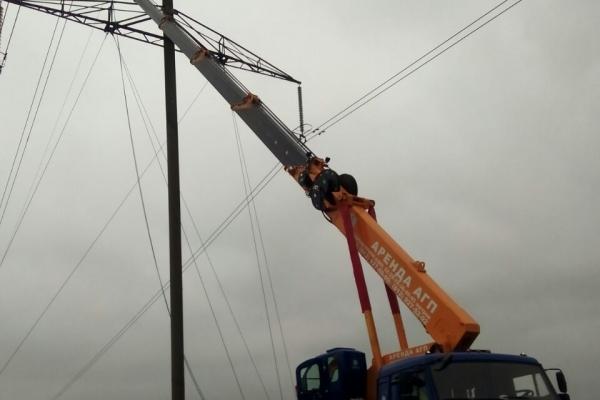 Обслуживание линий электропередач в поле с подъемом на автовышке-вездеходе