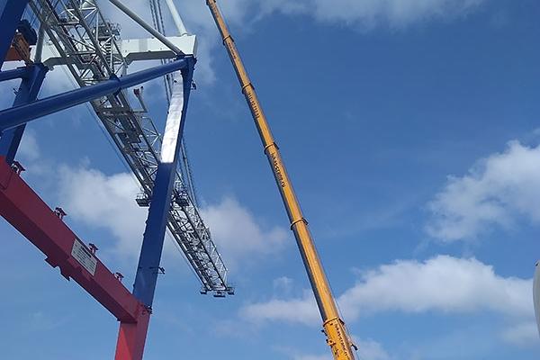 крана LIEBHERR LTM 1200 работает на высоте 70м