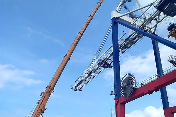 Автокран ЛИБХЕРР 200 тонн проводит демонтаж в порту