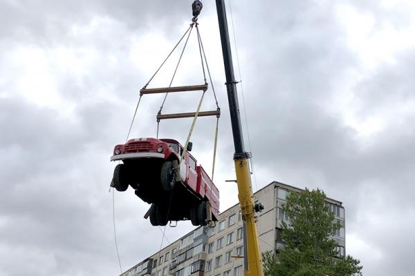 Автокран GROVE GMK 4080-1 проводит работы по перемещению техники