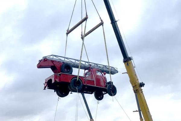 Автокран 80 т произвел спуск раритетной пожарной техники