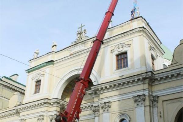 Кран демонтирует скульптуру с Базилики Скульптуру будут реставрировать