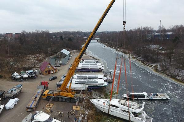 Автокран LIEBHERR 200 тонн поднял яхту на берег
