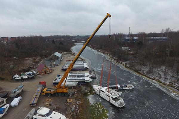 Автокран поднял на берег яхту весом 25 тонн
